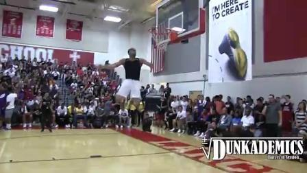 街头篮球弹跳狂人乔丹178公分, 头磕篮筐垂直高度超1.3米