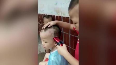 6岁男童给弟弟设计发型, 未来洗剪吹的龙头宝座非他莫属了!