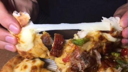 吃货陈佳佳: 网红美食测评! 鳗烤究必胜客鳗鱼披萨好吃吗?