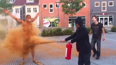 丹麦最恶意的习俗 单身狗被撒肉桂粉 损友居然拿出灭火器