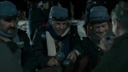 《圣诞快乐》别不相信这是真的, 本是敌对的官兵现在在一起喝酒聊天一起做祷告