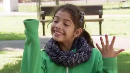 国外搞笑视频: 涂指甲油的小女孩恶作剧 路人直