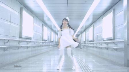 深夜的地下通道 还是挺吓人的 美女独自热舞自拍