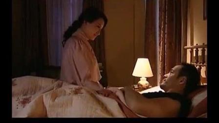 美女帮他检查伤口, 这个禽兽男人一言不合就把她按倒在床上