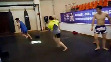 中国拳击训练营, 美女陪练被两壮汉欺负, 手无缚鸡之力好可怜