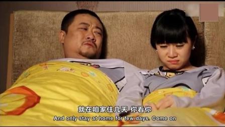 男子和兄弟夫妻挤一张床, 还嫌人家声音太大。哈哈