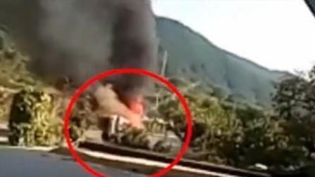 警车爆胎侧翻起火 4人被救后爆炸