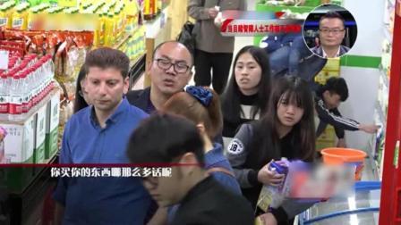 实拍: 智障店员被顾客欺负, 一位外国人用行动温暖了智障孩子的心。
