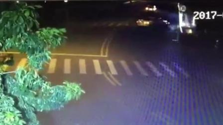 醉酒男驾车S型行驶 冲断围栏坠湖