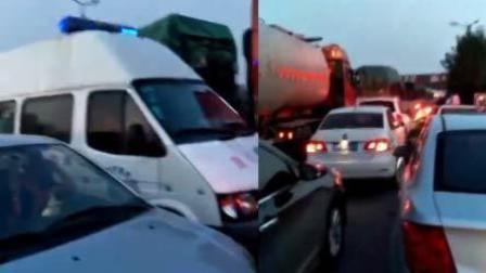 急救车被堵无车让道 司机: 是不是缺德