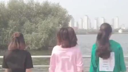 三位不同风格的美女在小河边跳-女人没有错, 迷人的大长腿