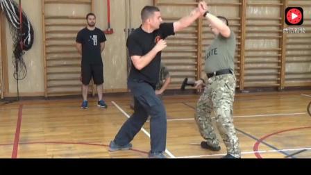 国外军队搏击高手把斧子作为武器可抵御多种近身格斗
