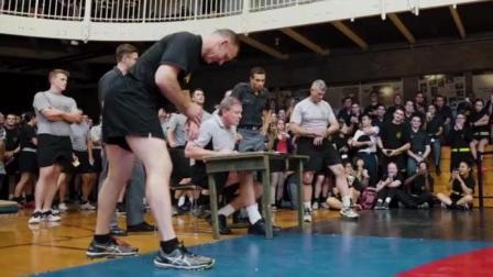 西点军校64岁老校长和学员进行室内障碍竞赛, 这老校长一点都不像64岁的人, 掌声雷动