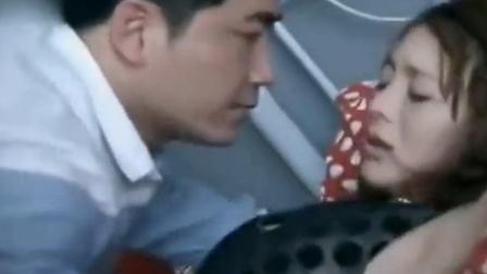 男子一进门就把美女扣在床上 使劲亲吻 女子都受不了了