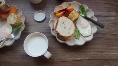 早餐: 抹上蓝莓酱的烤面包片, 外加煎蛋、炒芦笋、 黄桃肉片(所谓美味不过如此啊)