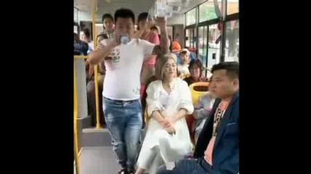 男子在公交车上喝水, 接下来尴尬了