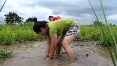 俩姐妹花这样舀水抓鱼, 抓到大鱼后好欢乐!