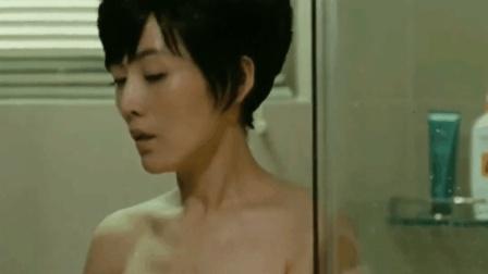 给美女送浴巾, 这种福利男人估计都很喜欢吧