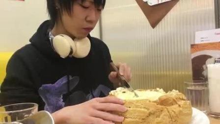 日本大胃王draco豆芽小哥挑战吃巨无霸银座店军舰奶油馅面包