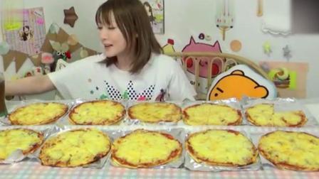 大胃王木下一次吃10盒披萨, 弱小的身材装着一个大大的胃!