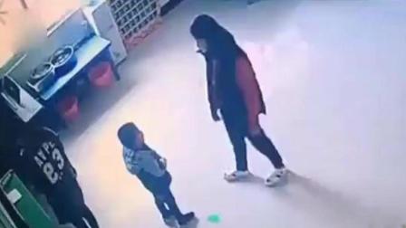 监拍: 幼儿园女老师抱摔小孩, 被家长知道后遭当面掌掴, 谁对谁错呢?