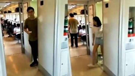 实拍: 高铁中女子紧随男子走出洗手间, 这拿纸擦嘴的动作要火啊