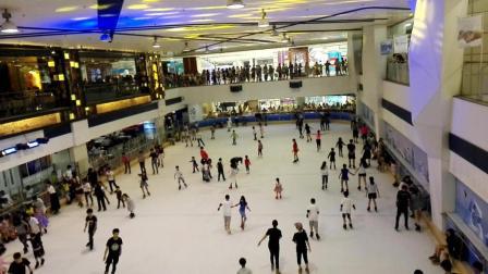 广州天河正佳广场溜真冰的少男少女们