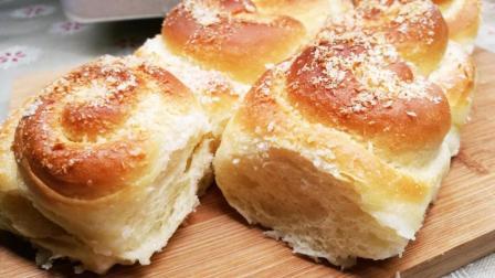试试椰浆直接倒在面团上, 面包的椰香味道更浓郁