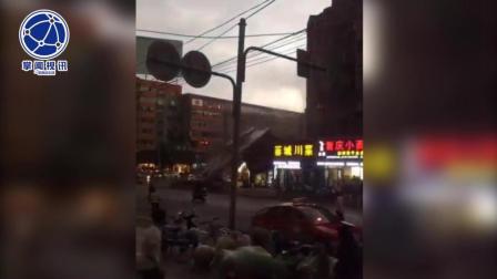 巨型广告牌从天而降 小轿车瞬间被击垮