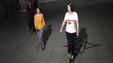 看这姐妹俩的鬼步舞广场舞 脚底下装弹簧了吗?