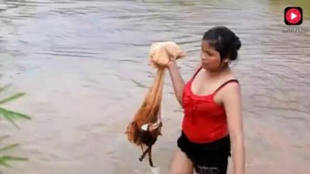 柬埔寨当地美女抓到鱼之后用草把鱼串了起来, 方法很聪明