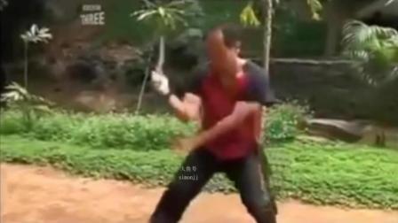 菲律宾气功大师直接砍伤自己手臂 疼痛难忍 吓坏旁人