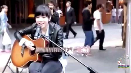 16岁的邓紫棋剪着齐刘海在街头卖唱, 一点也不怯场, 好可爱