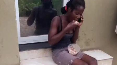 """看非洲: 一位坐地上吃""""西玛""""的黑人妇女, 皮肤像烤鸭!"""