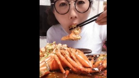 海豚姐姐又来吃大龙虾了, 进口蒜蓉的大龙虾!