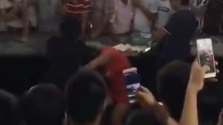 女邻居市场内打架互殴 众人围观录像