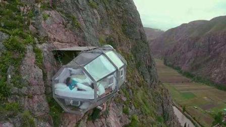 悬崖中央的胶囊酒店, 全透明床下就是万丈悬崖, 多大胆才敢住?