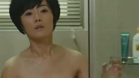 女老板洗澡忘带衣服, 让男下属给送过来