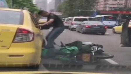 酒驾后与摩托车擦挂, 殴打摩托司机