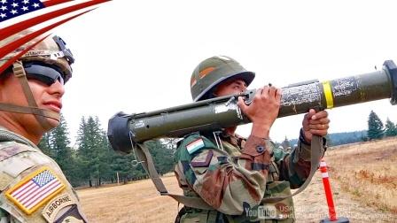 美军和印度联合演练-美军士兵教印度士兵如何正确使用美制武器
