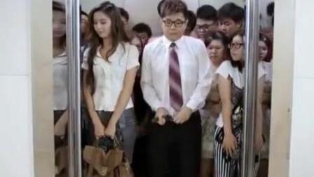 男子搭电梯太霸道, 连女朋友的胸贴都给扔了-