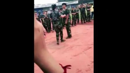 美女军训在同学前热舞, 男同学多尴尬呀!