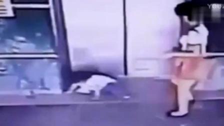 电梯快要夹住女儿的瞬间, 妈妈一脚将其踹开。