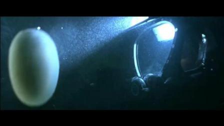 两潜水员在深海异常情况, 忽然掉下无数不明白色怪蛋