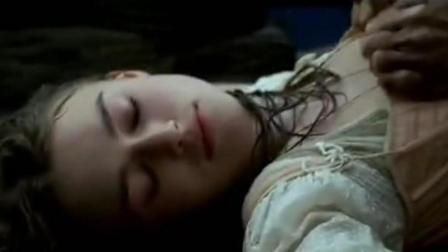 海盗下水救落水美女, 水中撕开了她的衣服两个人才得救