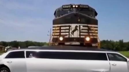 林肯汽车卡住在铁道上了, 最后还逃不开!