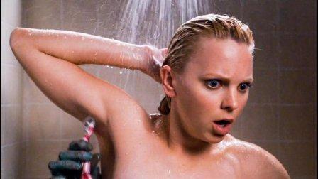 女子洗澡的时候, 发现多出一只手帮她刮毛, 《咒怨》被恶搞很惨的一次!