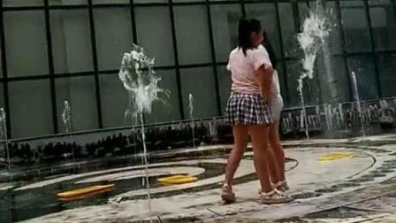 邢台市桥东区某大型商场外, 孩子们在喷泉中戏水, 玩的很嗨!