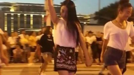 农村小媳妇穿着花裙子, 广场上跳起动感的舞蹈, 那舞姿真性感