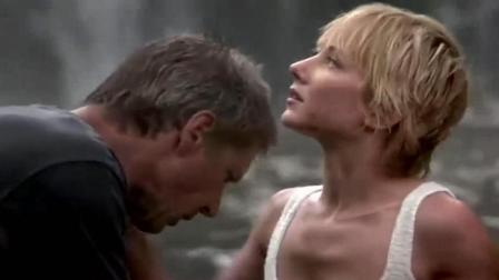美女和老头想到野外玩点刺激的, 一下水, 就有东西钻进了裤裆!